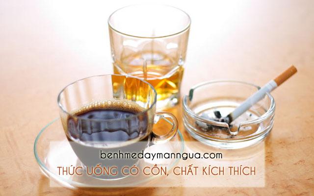 Hạn chế sử dụng thức uống có cồn, chất kích thích và nước có ga khi bị phong ngứa