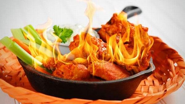 Dùng thức ăn cay nóng nhiều cũng có thể gây nổi mẩn ngứa ở mông