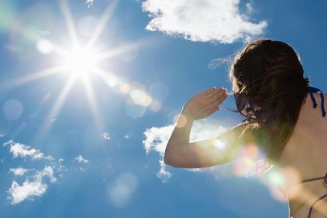 Tiếp xúc trực tiếpa với ánh nắng mặt trời là một trong những yếu tố gây bệnh mề đay sắc tố