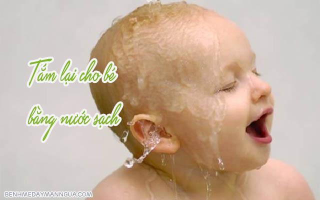 tắm lại bằng nước sạch sau khi tắm nước lá