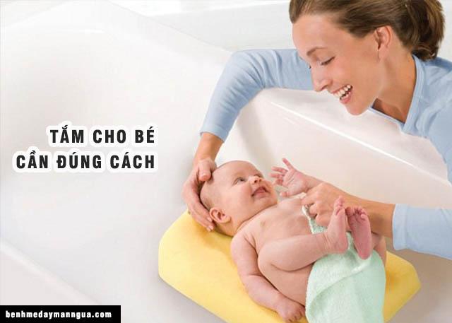 tắm đúng cách cho bé
