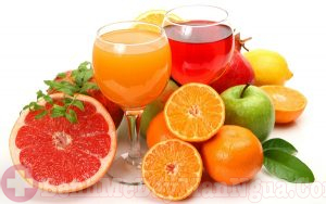 Uống nước trái cây để giải rượu
