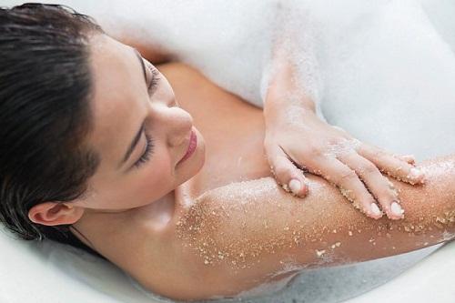 Tắm nước muối trị ngứa da công dụng bất ngờ ai cũng ngạc nhiên