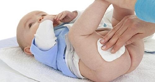Khi trẻ bị nổi mẩn đỏ ở bộ phận sinh dục nên làm gì?