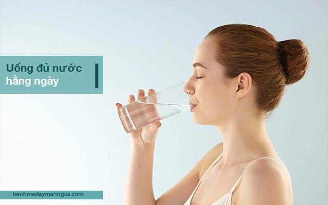 uống đủ nước, phòng ngừa ngứa ngoài da