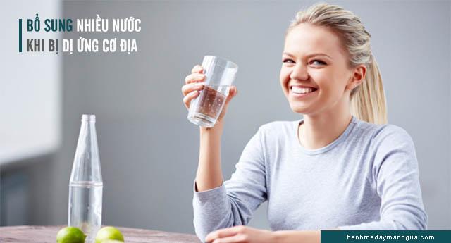 dị ứng cơ địa nên uống nhiều nước