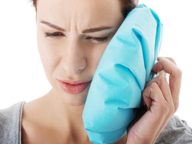 Chườm lạnh làm giảm triệu chứng nổi mề đay mẩn ngứa về đêm