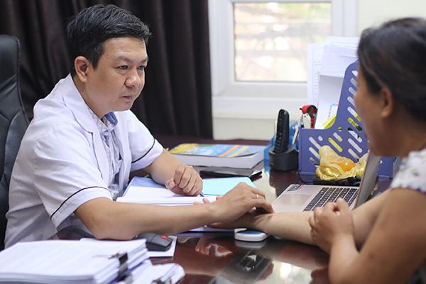 Lương y Đỗ Minh Tuấn tận tình thăm khám giúp bệnh nhân