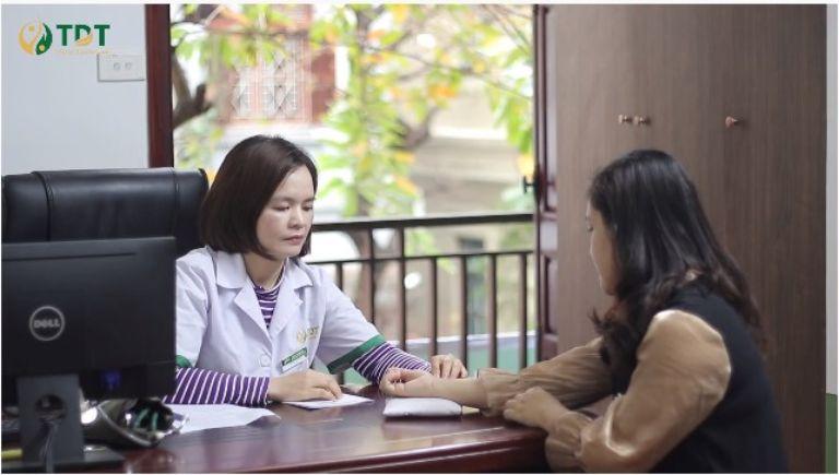 Chị Trinh được bác sĩ Lệ Quyên trực tiếp chẩn đoán và tư vấn phác đồ điều trị